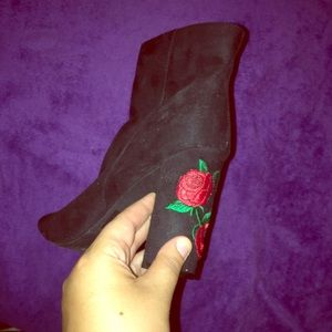 .Super cute open toe boots rose designs on heel